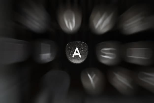 Буква алфавита на английском языке на ретро пишущей машинке символ a