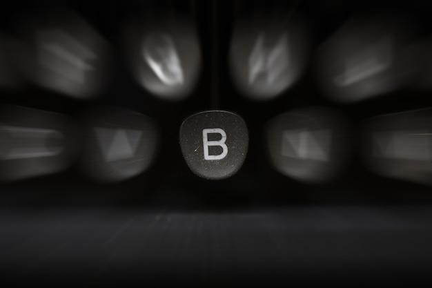 Буква алфавита на английском языке на ретро пишущей машинке символ b