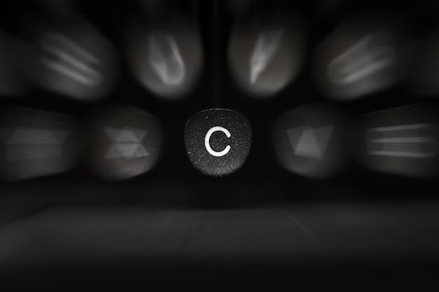 Буква алфавита на английском языке на ретро пишущей машинке символ c