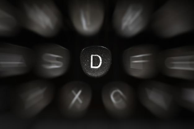 Буква алфавита на английском языке к символу ретро пишущей машинки d