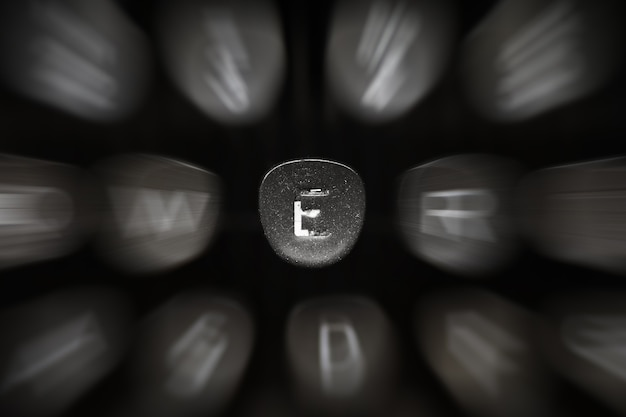 Буква алфавита на английском языке на ретро пишущей машинке символ e