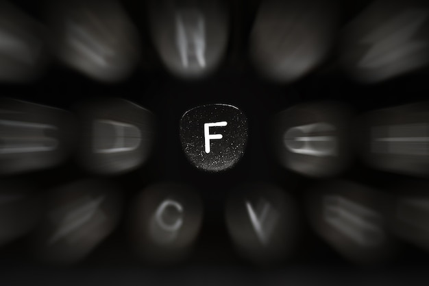Буква алфавита на английском языке к символу ретро пишущей машинки f