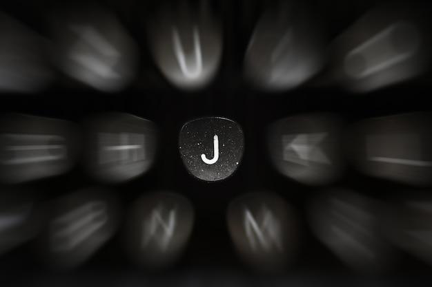 Буква алфавита на английском языке к символу ретро пишущей машинки j