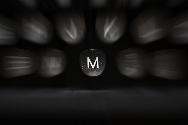 Буква алфавита на английском языке к символу ретро пишущей машинки m