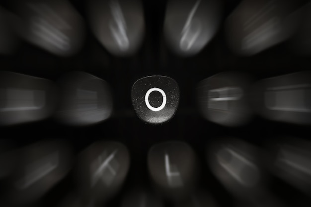 Буква алфавита на английском языке ретро пишущая машинка символ o