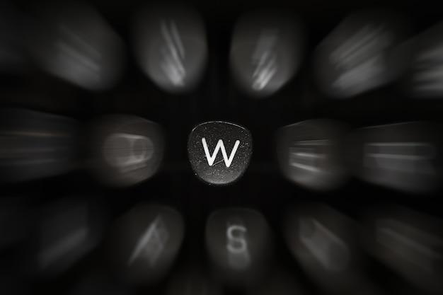 Буква алфавита на английском языке на ретро пишущей машинке символ w