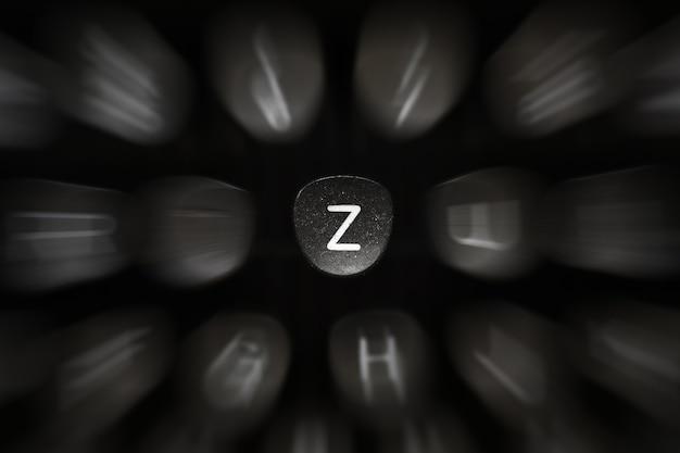 Буква алфавита на английском языке к символу ретро пишущей машинки z