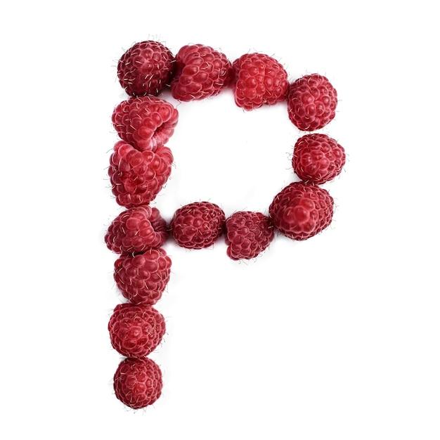 Буква p английского алфавита красной спелой малины, изолировать на белом фоне