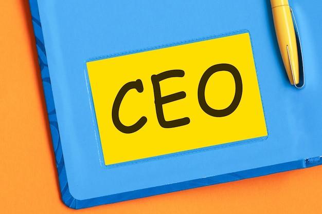 Ceo는 노란색 메모지에 검은 글씨로 쓰여져 있습니다.