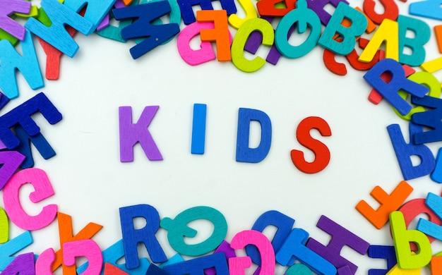 아이들이 흰색 배경에 합판으로 만든 편지