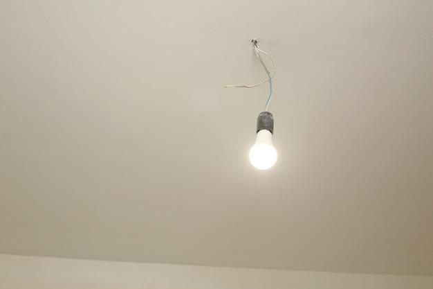白い天井の電球がついています。修復。