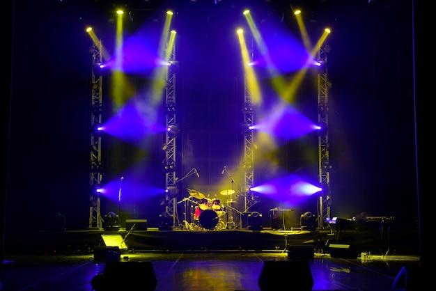 劇場のステージで煙の中のサーチライトの光。