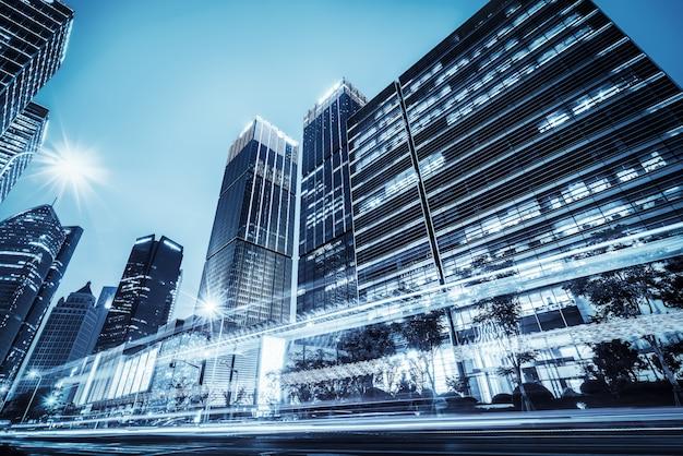 Следы света на современном здании Premium Фотографии