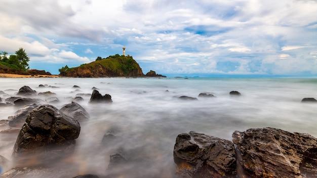 岩のある灯台はタイのクラビのランタ島で長時間露光写真を使用