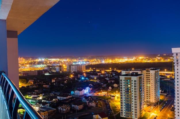 조감도에서 밤 도시의 조명.