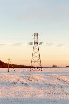 Линия высоковольтного оборудования в зимний период
