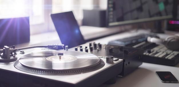집에서 빈티지 레코드 플레이어로 음악을 들으며 긴장을 풀고 진정하십시오.