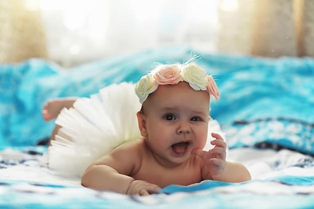 작은 아기가 침대에 누워 있습니다. 새로 태어난 아기.