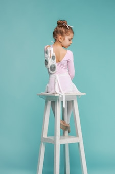 Маленькая балерина на синем фоне
