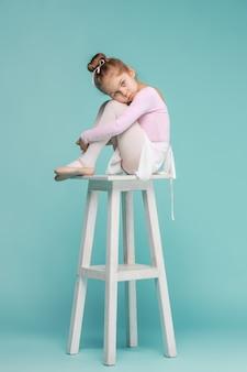 Маленькая балерина танцовщица на синем фоне