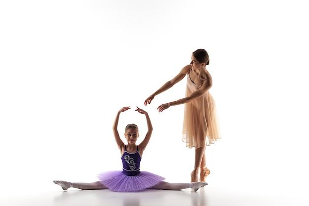 댄스 스튜디오에서 개인 발레 선생님과 춤추는 작은 발레리나