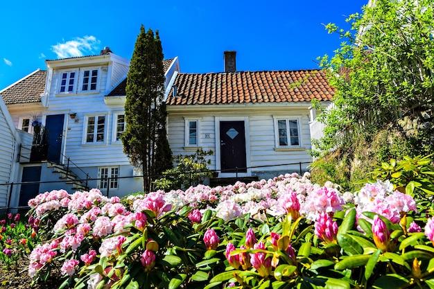 ノルウェーの木造住宅の前にある小さな庭