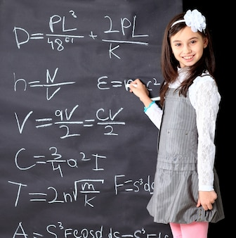 어린 소녀는 수학 방정식을 결정합니다.