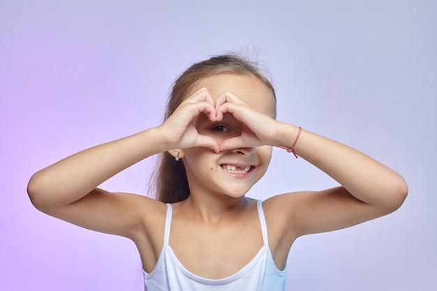 少女はハートの形に手を組んだ