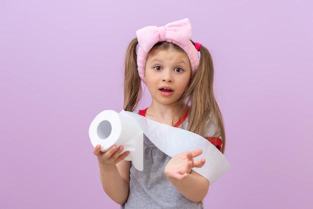 어린 소녀는 화장지를 보여주고 놀란다.