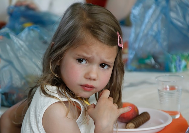 어린 소녀는 카메라에 기분이 상해 보인다