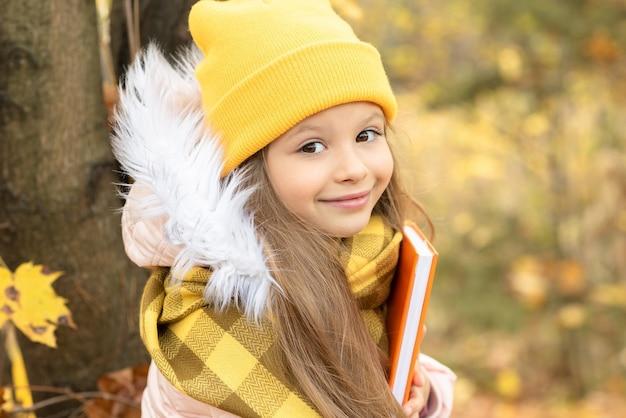 小さな女の子は本当に秋の季節が好きです。