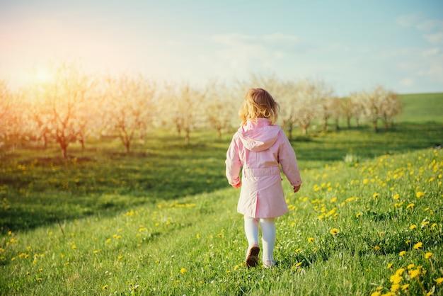 봄 화창한 날에 실행하는 어린 소녀. 예술 가공