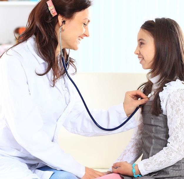 어머니와 어린 소녀는 의사에게 놀았습니다.