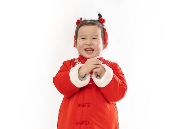 어린 소녀는 새해를 축하하기 위해 중국 전통 의상을 입었습니다.