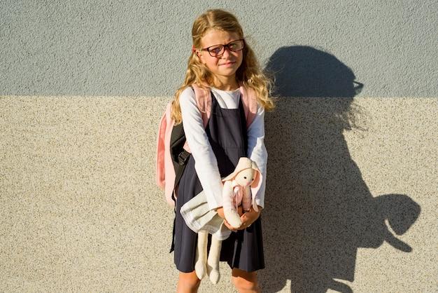 Маленькая школьница взяла свою игрушку в школу с ней