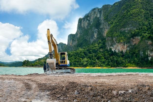 Экскаватор-погрузчик пробует почву на земле