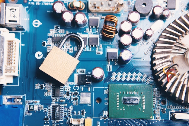 Замок на досках. киберзащита