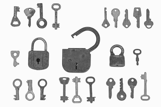 Замки и ключи один большой открытый замок и два меньших замка входят в число различных ключей.