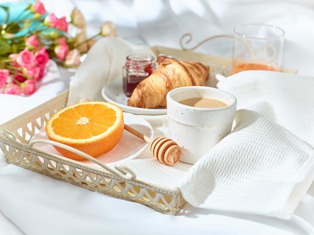 朝食付きのテーブルの愛の概念