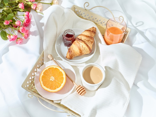 The love lconcept на столе с завтраком