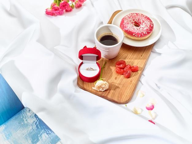 Концепция любовного письма на столе с завтраком