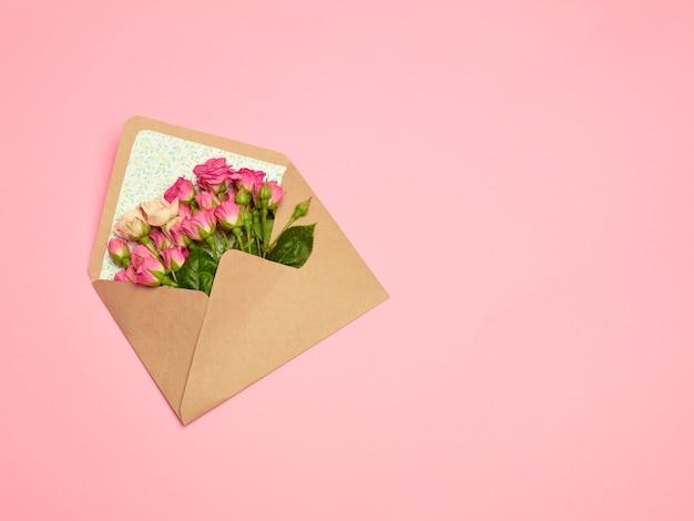 봉투와 꽃이 있는 테이블에 있는 연애 편지 개념