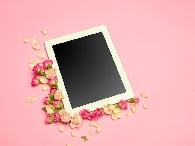 写真と花とテーブルの上のラブレターの概念