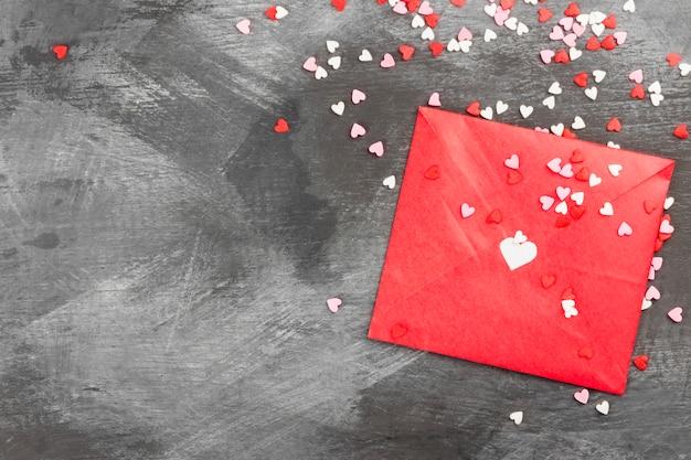 Любовное письмо висит на веревке и сердца на темном фоне. вид сверху, копия пространства.