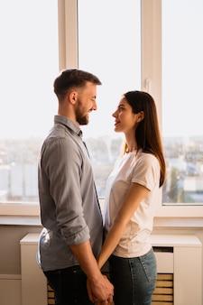 素敵なカップルが一緒に笑顔を過ごす