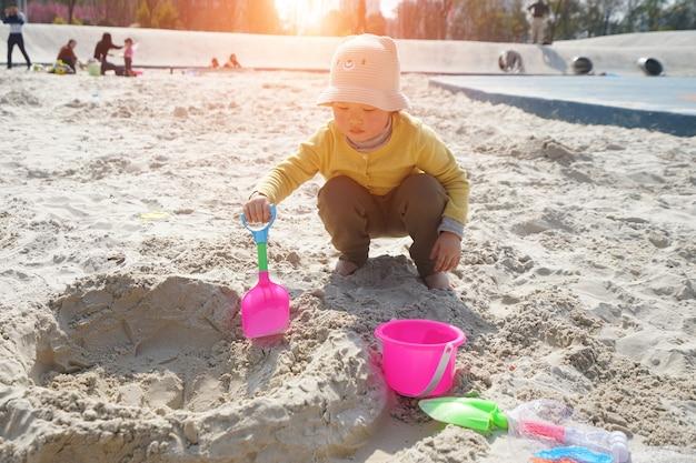 사랑스러운 어린 소녀가 해변에서 놀고있다