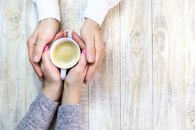 Влюбленные вместе пьют кофе. выборочный фокус. люди.