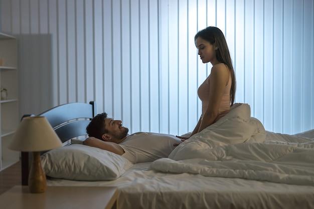 Влюбленные занимаются сексом в постели