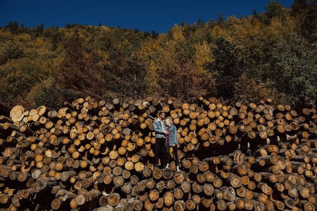 愛するカップルは夏の森で休憩します。