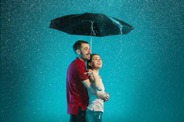 雨の中で愛するカップル